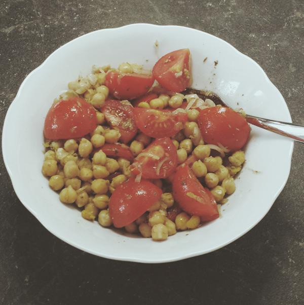 """Tomatensalat mit Kichererbsen aus """"Vegan für Faule"""" von Martin Kintrup, GU Verlag"""