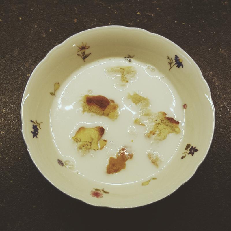 """Hefezopf mit warmer Mandelmilch, Rezept aus: Kirsten M. Mulach """"Das vegane Kochbuch meiner Oma"""""""