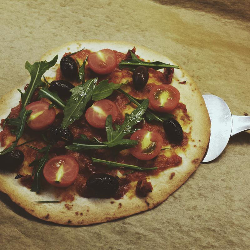"""Tortilla-Pizza aus: """"Vegan - Quick & Easy"""" von Björn Moschinski"""