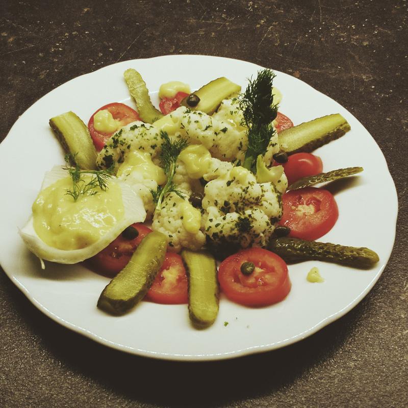 """Kalte Gemüseplatte mit falscher Mayonnaise, Rezept aus: Kirsten M. Mulach """"Das vegane Kochbuch meiner Oma"""""""